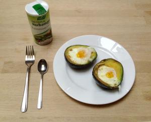 Bagt avocado med æg.