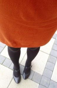 Se lige en fed farve, denne 'efterårs'kjole har. Det er en strikkjole, der bare er vildt behagelig og ikke strammer nogen steder. Fra Esprit.