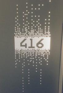 Værelsesnummer med lys i væggen