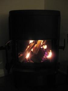 Hygge med ild i brændeovnen.
