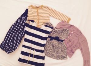Lidt fra Lillepigens klædeskab. Fra venstre: hjemmesyede bukser, cardigan fra PompdeLux, kjole fra Kools, tunika med korte ærmer fra PomdeLux og en hjemmestrikket cardigan.