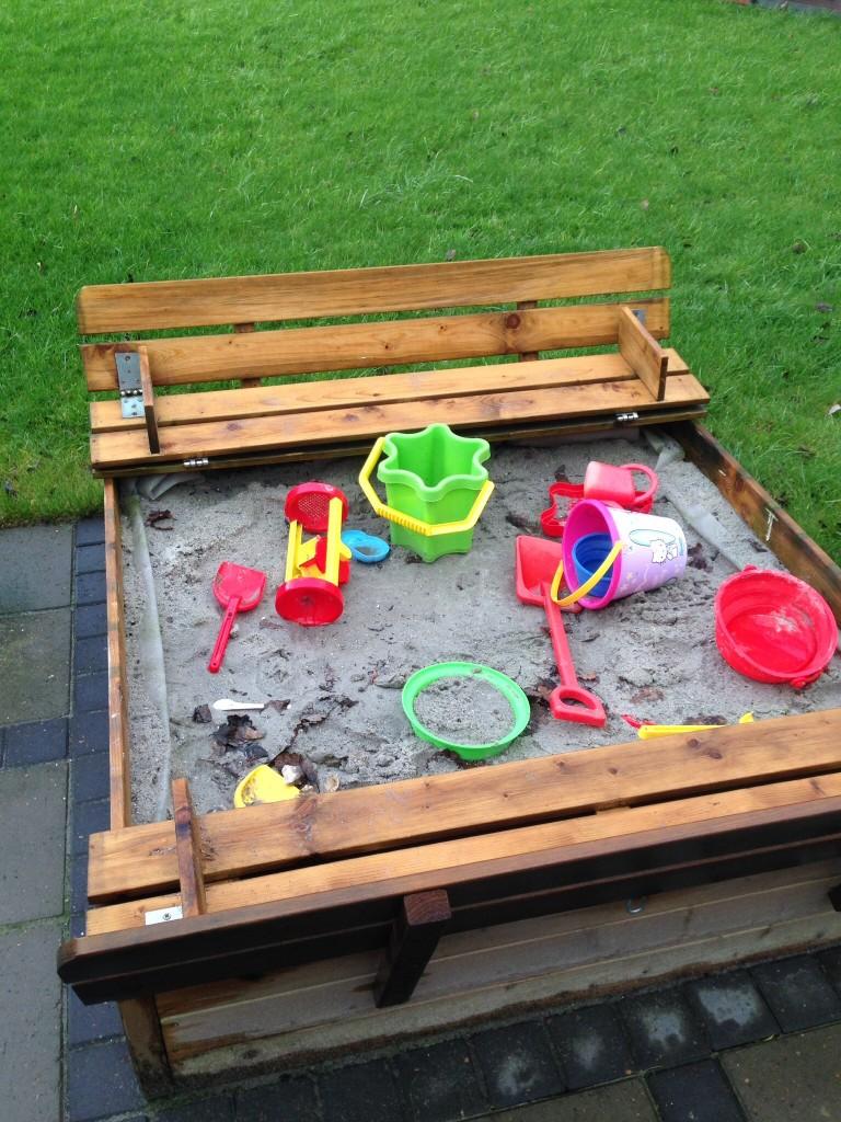 Selvom det er december og regnvejr, kan man sagtens lege i sandkassen.
