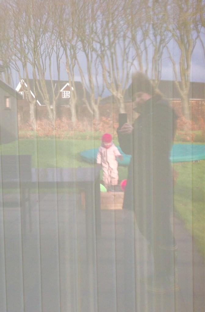 Selfie af Lillepigen og jeg i stuevinduet...