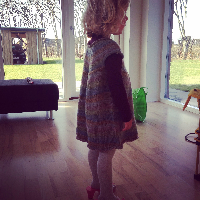 Fødselsdag ved farfar søndag - Lillepigen i fin hjemmestrikket kjole (mormors værk)