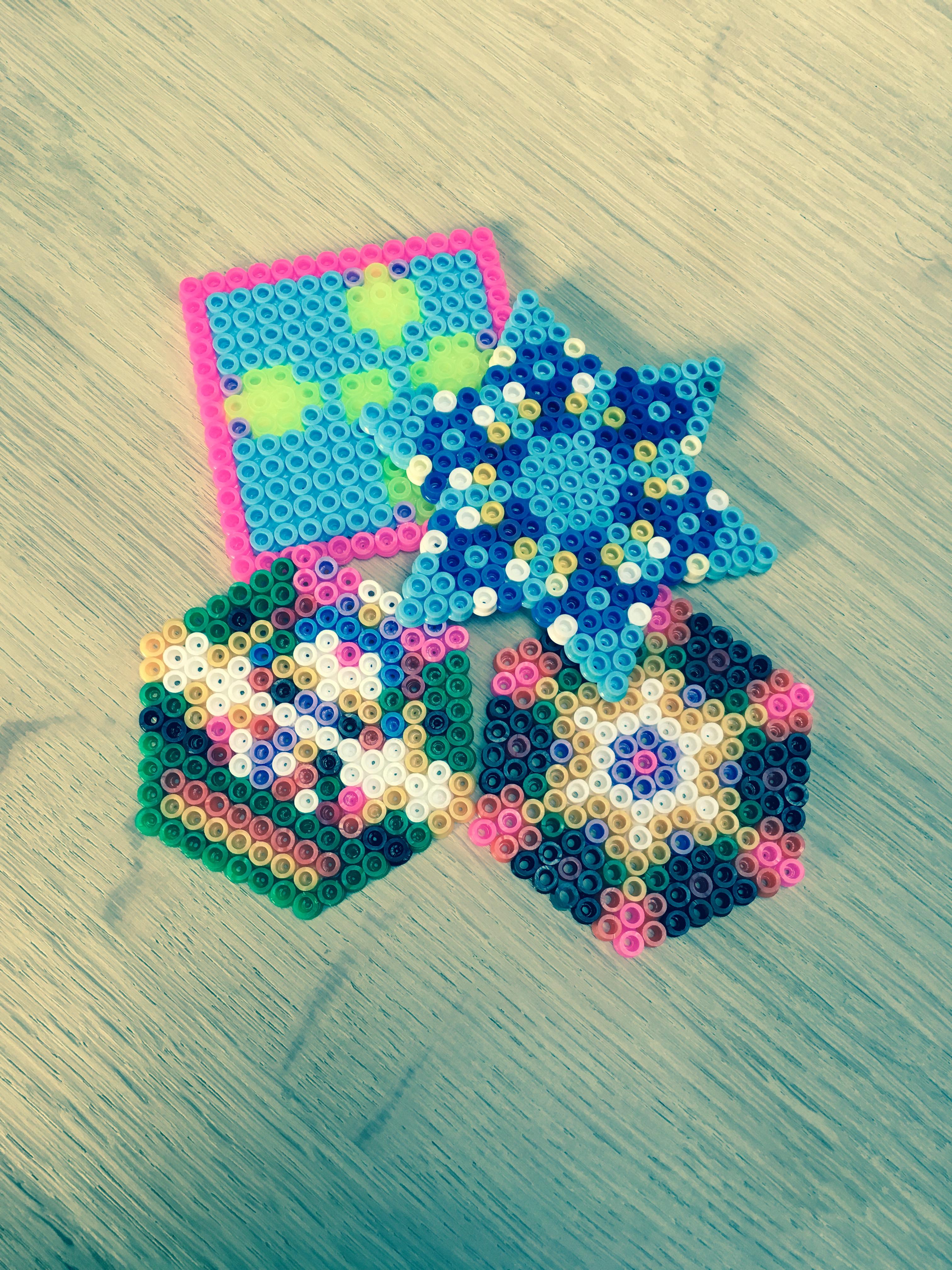 Min datter lavede en masse perleplader - her et udsnit.