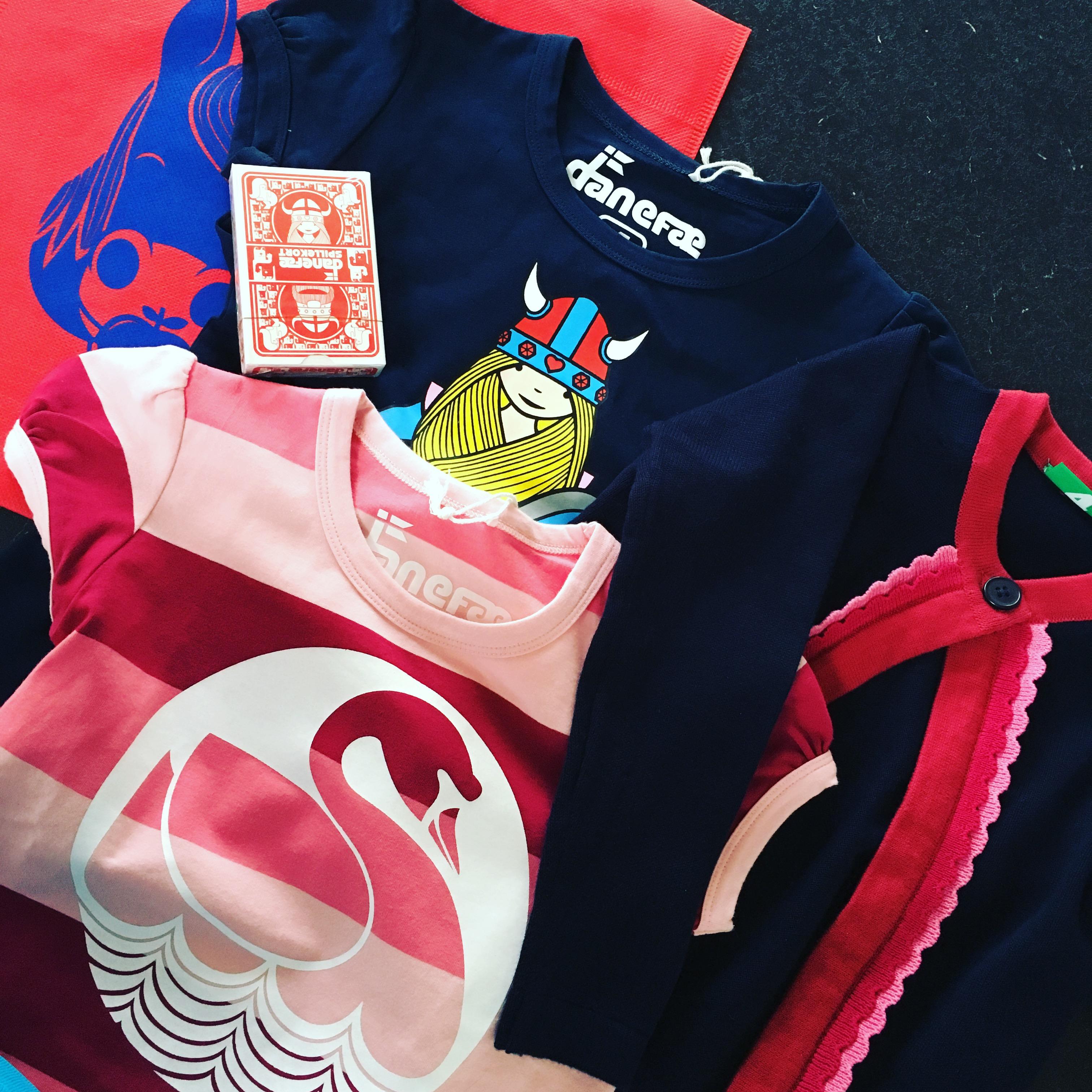 A mangler bukser med længere ben ;) Jeg tog chancen med en lykkepose fra Danefæ. Den indeholdt desværre kun t-shirts og cardigan, men A var meget tilfreds :)