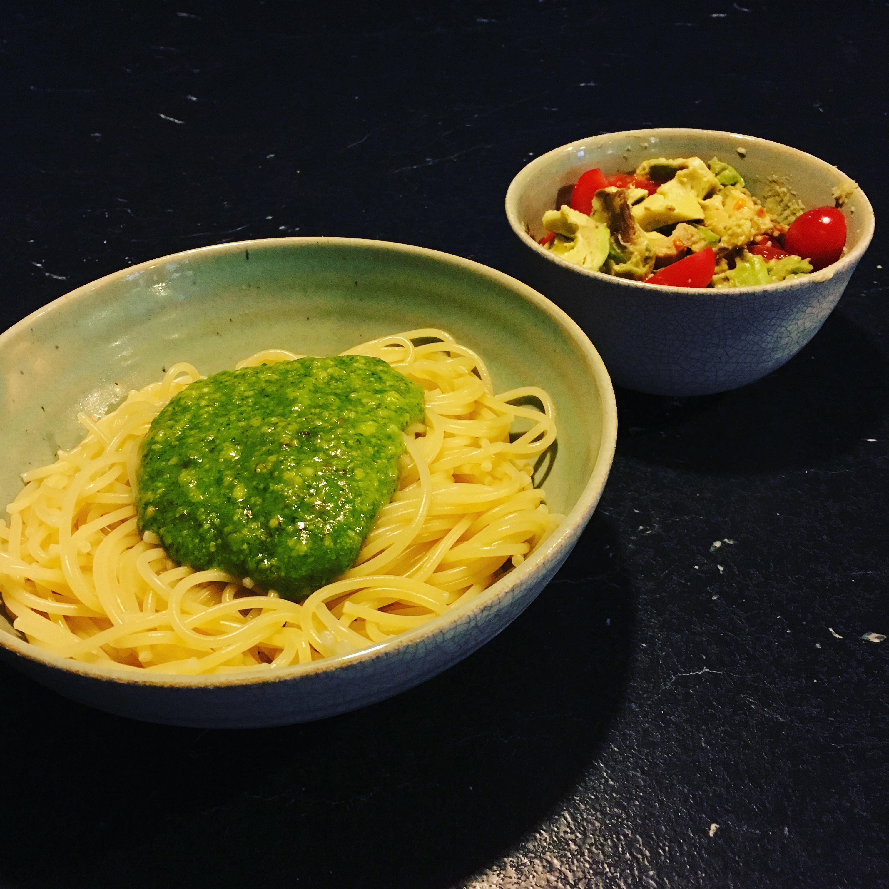 Jeg lavede pesto til barnedåben (der kommer en opskrift), og nød det på en gang pasta til aftensmad, da jeg var (næsten) alene hjemme.