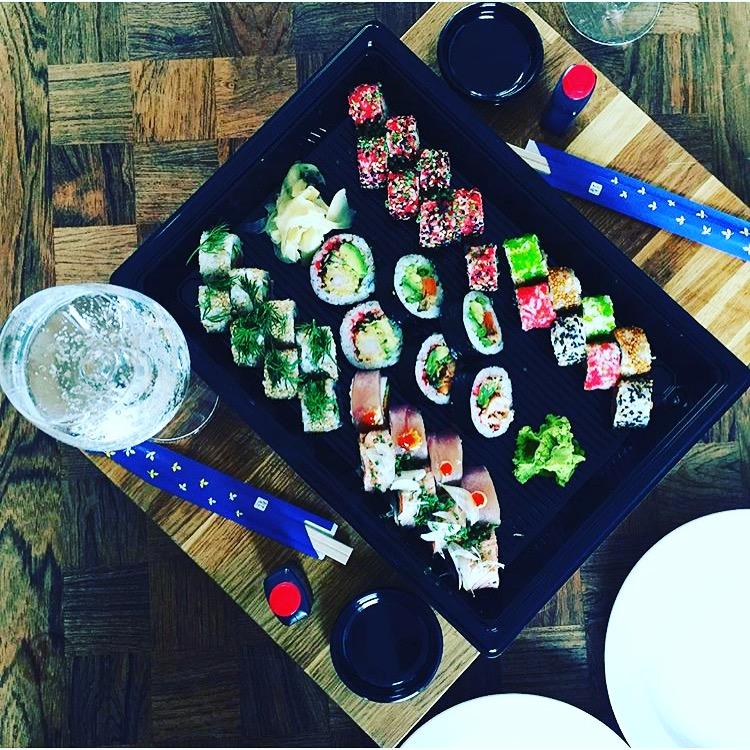 """Tag-din-baby-med-til-yoga sluttede, og jeg """"fejrede"""" dette med en veninde - og en god omgang sushi."""