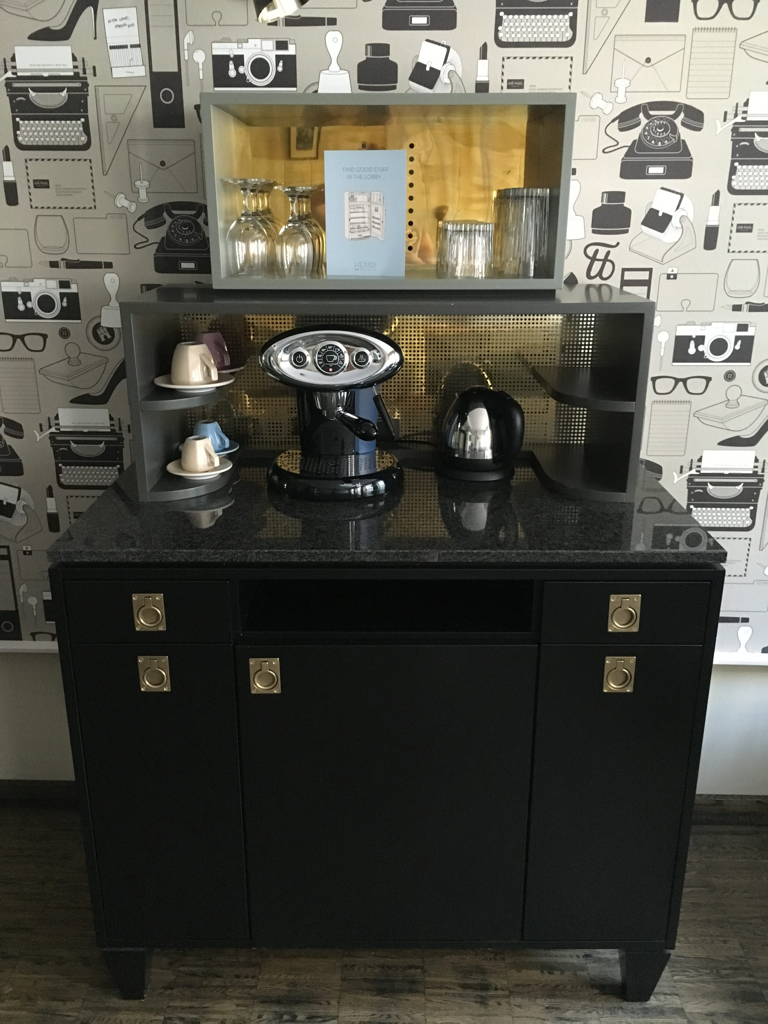 Kaffebar på mit opgraderede hotelværelse.